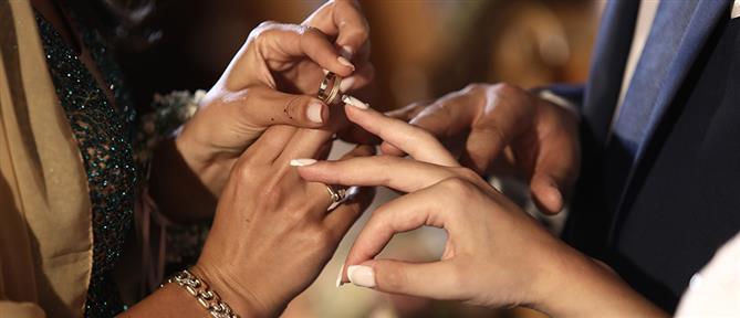 Γάμος με... βρισιές σε κλειδωμένη εκκλησία (βίντεο)