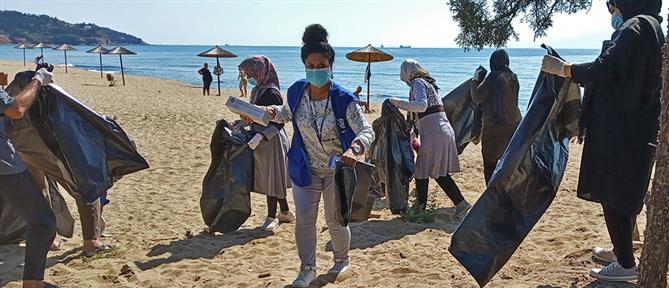 Καβάλα: Μετανάστες και πρόσφυγες καθάρισαν την παραλία που μένουν (εικόνες)