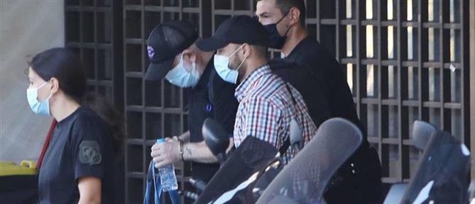 Ο Πέτρος Φιλιππίδης με χειροπέδες πηγαίνει στις φυλακές Τρίπολης (εικόνες)