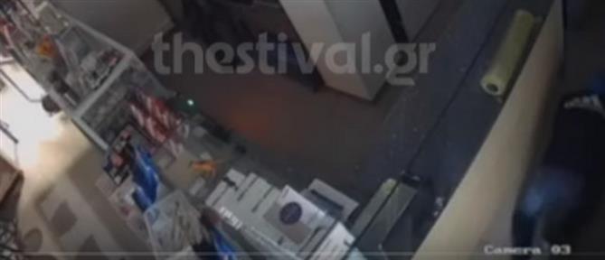 """Βίντεο – ντοκουμέντο: Διαρρήκτης """"κομάντο"""" """"ξαφρίζει"""" κατάστημα"""