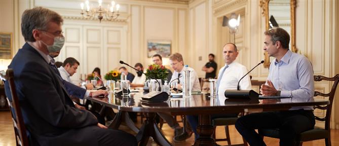 """Κορονοϊός: Σύσκεψη στο Μαξίμου και νέα μέτρα στο """"τραπέζι"""""""