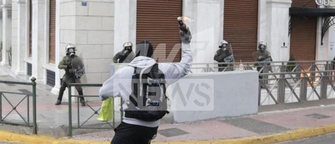Συλλήψεις, μολότοφ και επεισόδια στην πορεία για τις διαδηλώσεις
