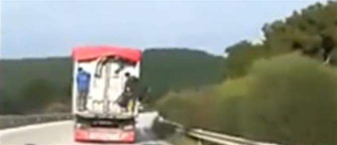 """Βίντεο σοκ: μετανάστες """"ξεπηδούν"""" από φορτηγό εν κινήσει"""