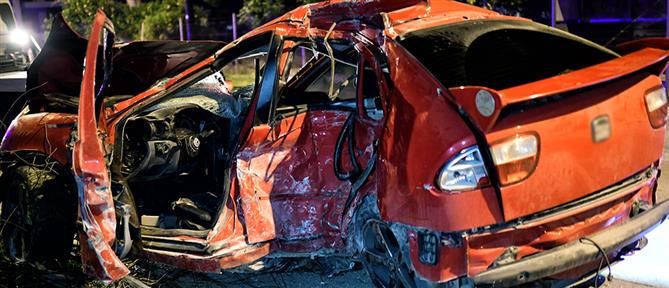 """Αυτοκίνητο """"καρφώθηκε"""" σε μάντρα (εικόνες)"""