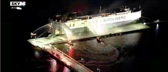 Τραυματίες πυροσβέστες από έκρηξη σε φλεγόμενο πλοίο (βίντεο)
