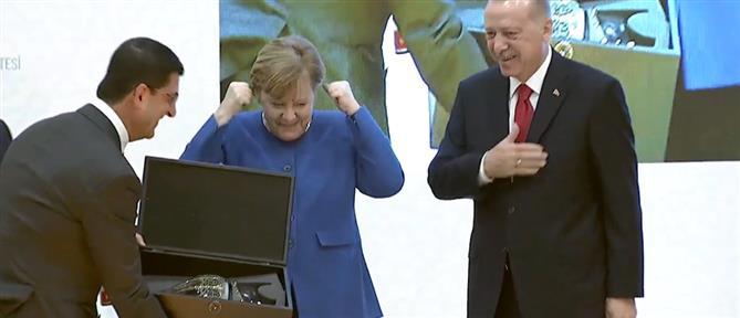 Η επική αντίδραση της Μέρκελ όταν είδε τα δώρα του Ερντογάν (βίντεο)