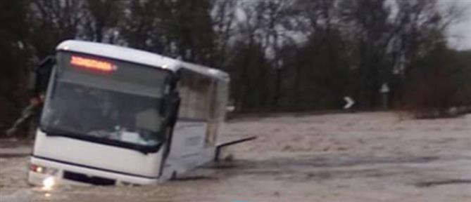 Μαθητικό λεωφορείο ακινητοποιήθηκε σε νερά (εικόνες)