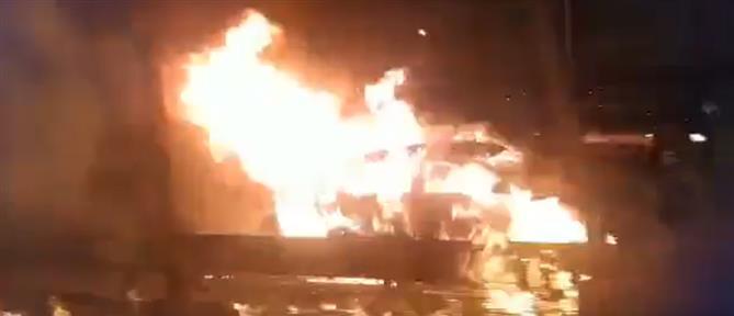 Φορτηγό άρπαξε φωτιά εν κινήσει