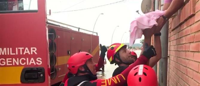 Ισπανία: δραματική διάσωση μωρού από πλημμυρισμένο σπίτι (βίντεο)