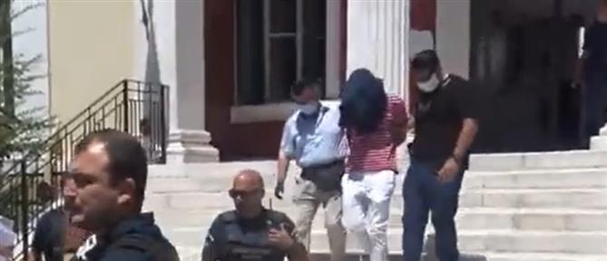 Προφυλάκιση καθηγητή για αποπλάνηση 14χρονης (βίντεο)