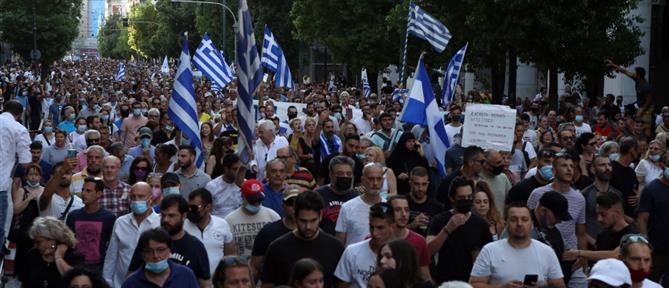Κορονοϊός - Αντιεμβολιαστές: Διαδήλωση έξω από τη Βουλή (εικόνες)