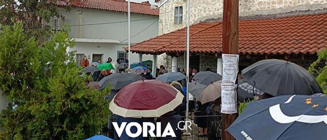 Κορονοϊός: Συνωστισμός σε κηδεία ιερέα που πέθανε από COVID-19 (βίντεο)