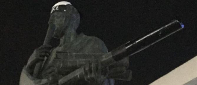 Θεσσαλονίκη: Έντυσαν αστυνομικό το... άγαλμα του Αριστοτέλη (εικόνες)