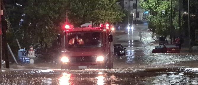 """""""Ιανός"""": Αγωνιώδεις προσπάθειες της Πυροσβεστικής για τη διάσωση εγκλωβισμένων"""