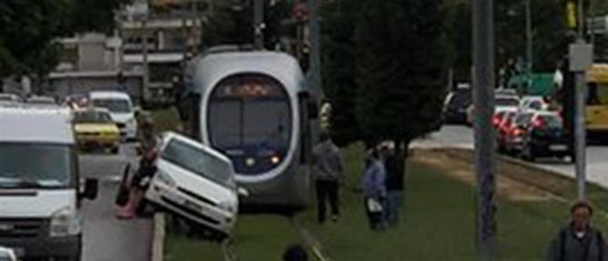 Νέα Σμύρνη: Αυτοκίνητο καβάλησε το τοιχίο και έπεσε στο τραμ (εικόνες)