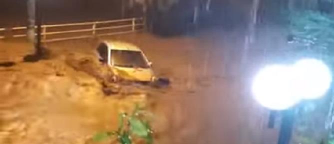 """Εύβοια: βίντεο σοκ από χείμαρρο που """"καταπίνει"""" αυτοκίνητο"""