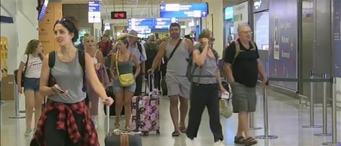 """Μύκονος και Σαντορίνη κρατούν τα """"σκήπτρα"""" στις αφίξεις τουριστών (βίντεο)"""
