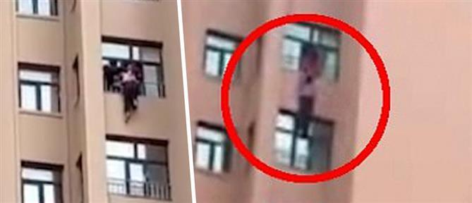 Έσωσε τη μάνα της πριν πέσει από το παράθυρο διαμερίσματος στον 12ο όροφο! (βίντεο)