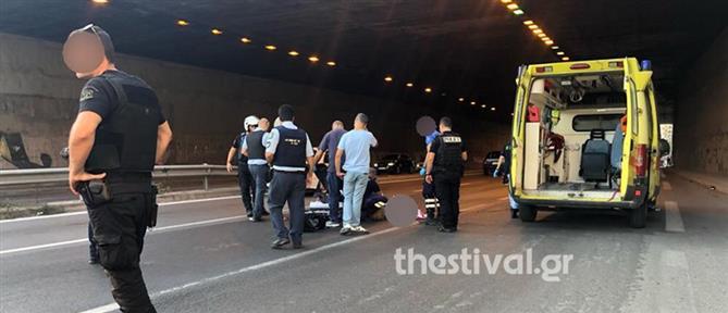 Πήδηξε από γέφυρα για να αυτοκτονήσει και… έπεσε πάνω σε μοτοσικλετιστή (βίντεο)