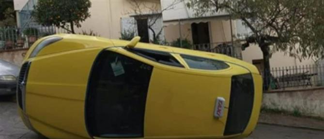 Ταξί αναποδογύρισε στην μέση του δρόμου (βίντεο)