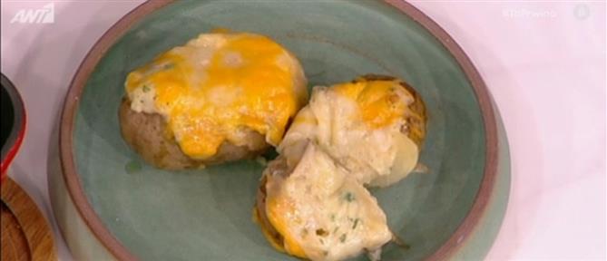 Μπουκιές κοτόπουλου με μπέικον, σος τσένταρ και πατάτες γεμιστές με τυριά